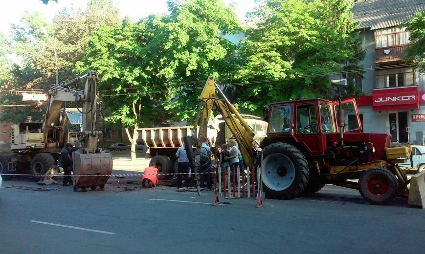 Авария в Кривом Роге: на центральном проспекте  - огромная яма (фото) - фото 1