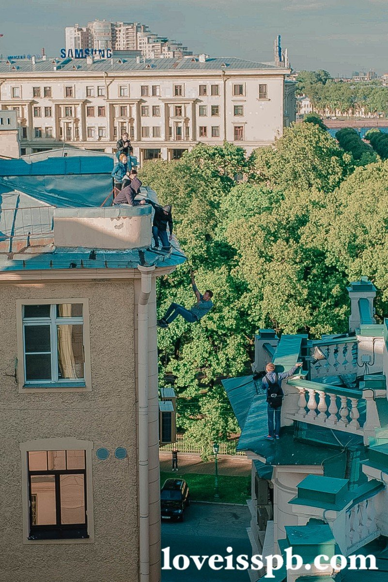 В Петербурге экстремалы  залезли на крышу здания аппарата полномочного представителя президента России (фото) - фото 1