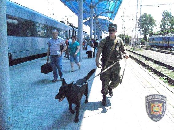 На ж/д вокзале Славянска продолжает работу фильтрационный центр. ФОТО (фото) - фото 1