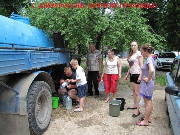 День России жители поселка Грэсовский встречали с ведрами в руках в очереди за водой (ФОТОФАКТ) (фото) - фото 2
