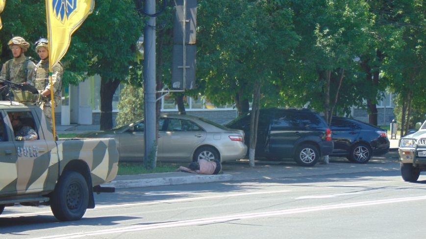 Парад «Азова» в Мариуполе принимал спящий бездомный (ФОТО) (фото) - фото 1