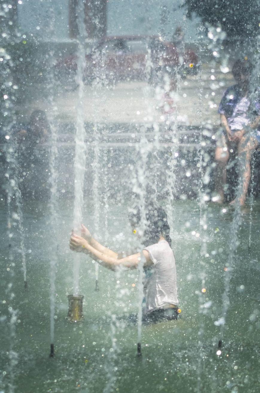 Симферопольская детвора от жары спасается в городских фонтанах (ФОТО), фото-2