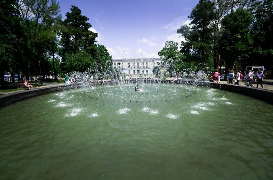 Симферопольская детвора от жары спасается в городских фонтанах (ФОТО), фото-1