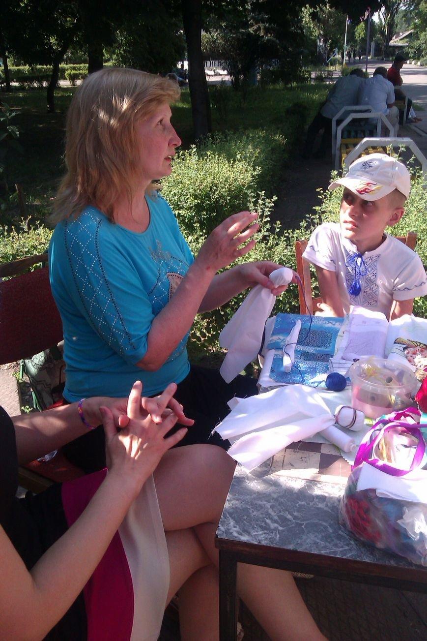 В парке Днепродзержинска прошел мастер-класс по изготовлению оберегов (фото) - фото 5