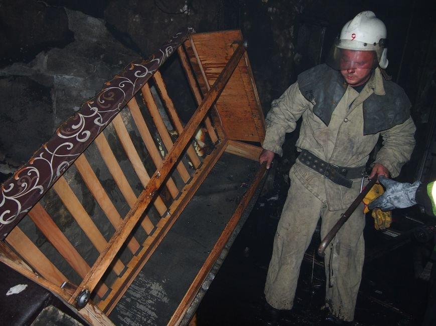 Из горящей квартиры в Днепродзержинске спасены два человека (фото) - фото 3