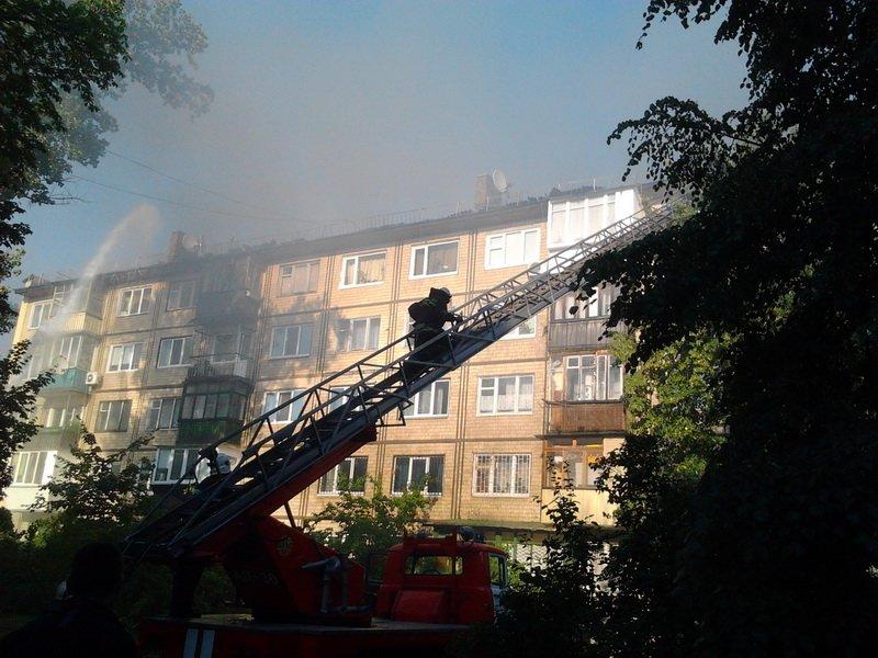 В Киеве 70 спасателей тушили крышу горящей многоэтажки на Дарнице (ФОТО, ВИДЕО) (фото) - фото 1