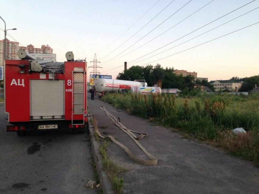 В Киеве демонтировали первые две опасные газовые заправки (ФОТО) (фото) - фото 1