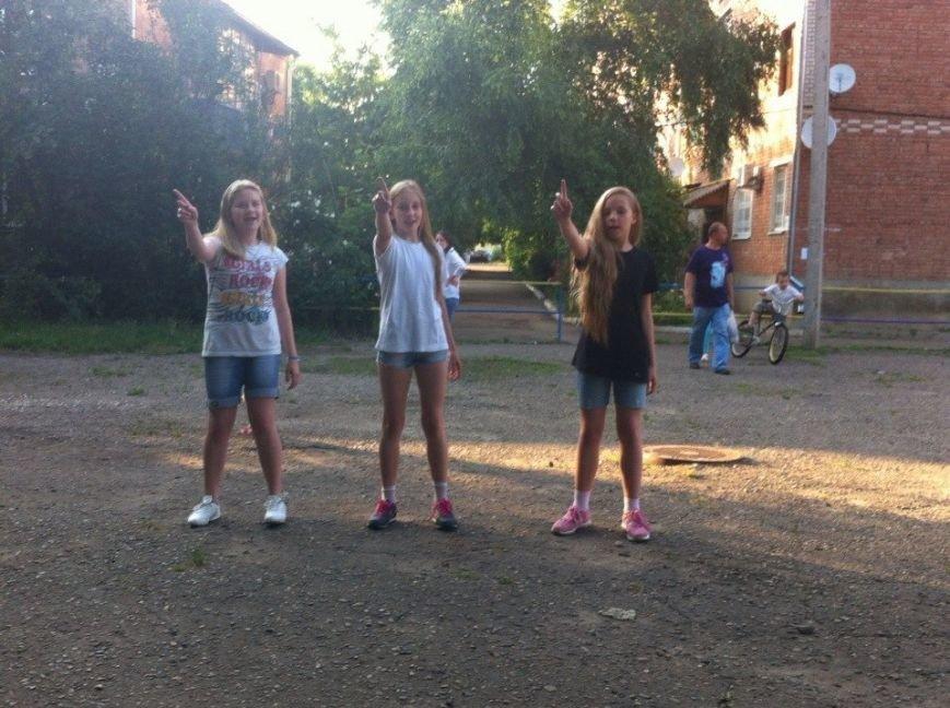 В Лабинске на детской площадке «трехсотого квартала» прошло «Шоу талантов» (фото) - фото 1