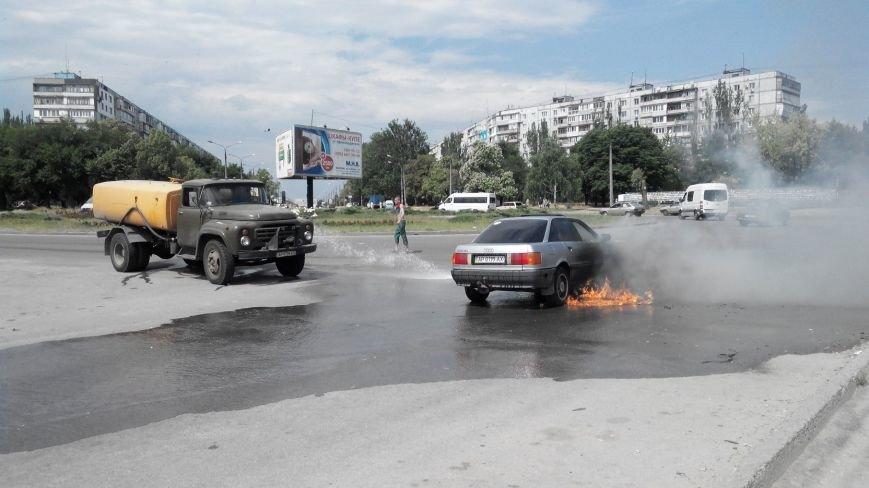 В Запорожье посреди дороги загорелся автомобиль (ФОТО) (фото) - фото 1