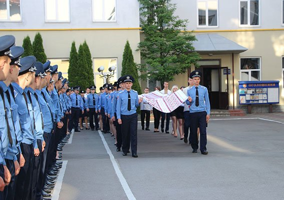 Львів'яни передали меру Маріуполя 23-метровий вишитий рушник, як символ єдності та миру (ФОТО) (фото) - фото 1