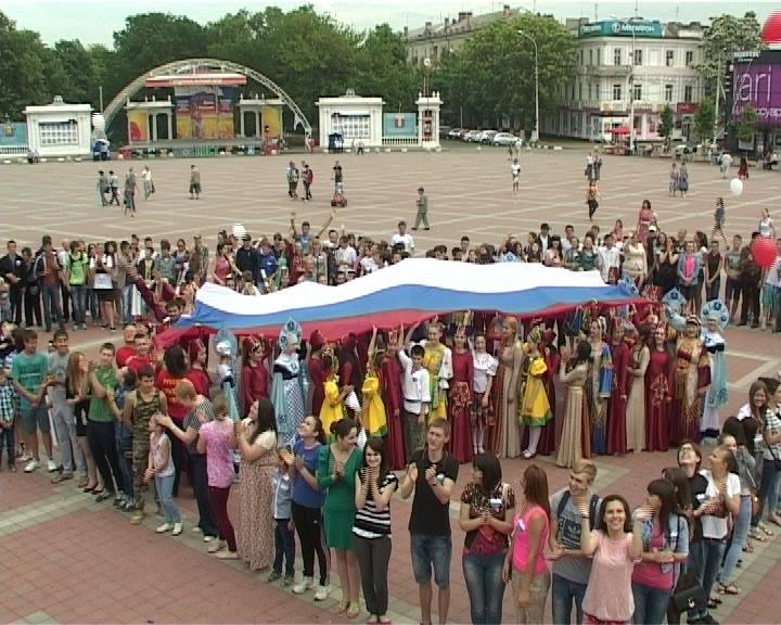 Молодежь Армавира провела флешмоб «Россия – это мы!» (фото) - фото 1