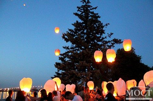 В память о погибших десантниках в Днепропетровске запускали в небо фонарики, в Павлограде возлагали цветы (фото) - фото 2