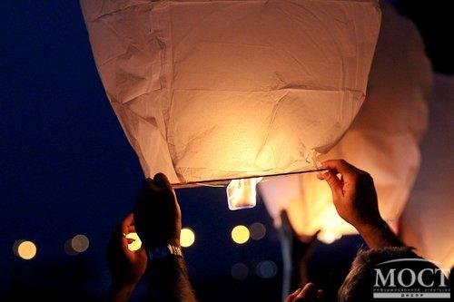 В память о погибших десантниках в Днепропетровске запускали в небо фонарики, в Павлограде возлагали цветы (фото) - фото 1