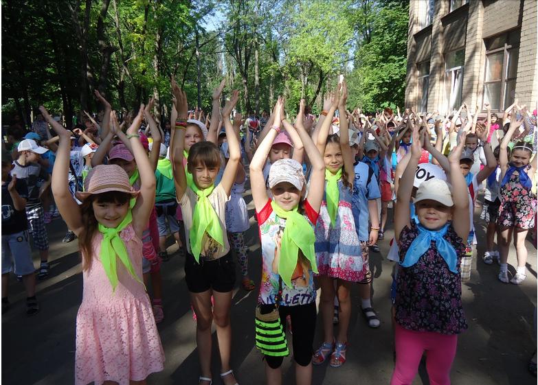 В пришкольном лагере для маленьких  криворожан проводят викторины, конкурсы, знакомят с новинками литературы (ФОТО) (фото) - фото 1