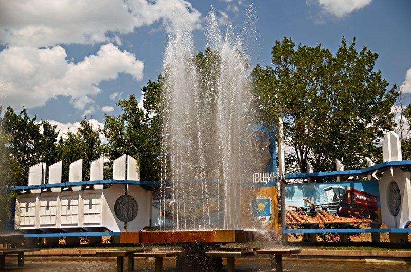 Прохлада по-николаевски: горожане ищут спасения от жары в фонтанах (ФОТОРЕПОРТАЖ), фото-3