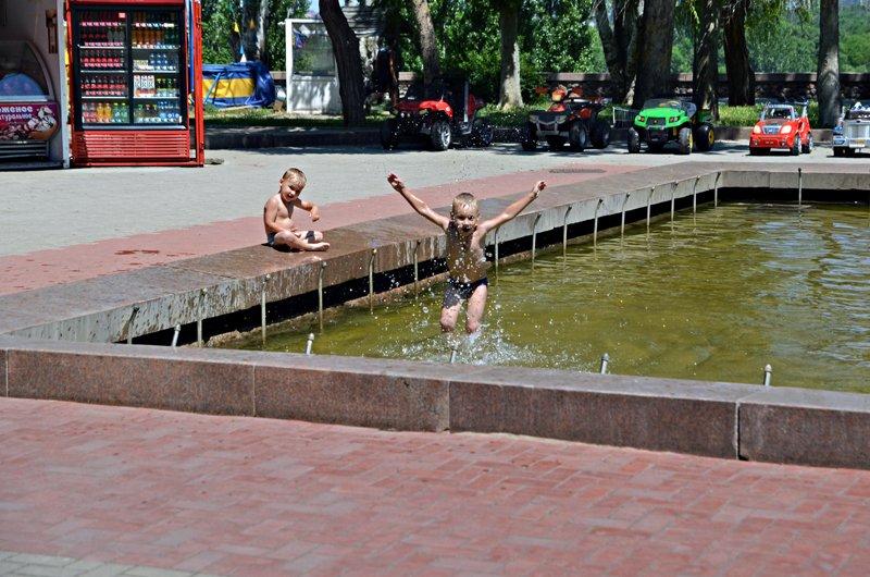 Прохлада по-николаевски: горожане ищут спасения от жары в фонтанах (ФОТОРЕПОРТАЖ), фото-24