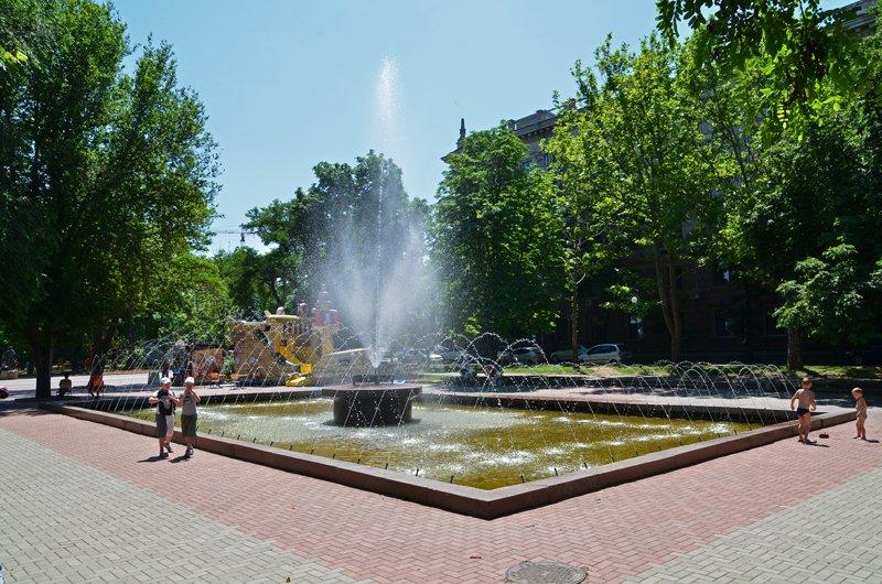 Прохлада по-николаевски: горожане ищут спасения от жары в фонтанах (ФОТОРЕПОРТАЖ), фото-25