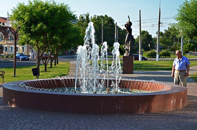 Прохлада по-николаевски: горожане ищут спасения от жары в фонтанах (ФОТОРЕПОРТАЖ), фото-8