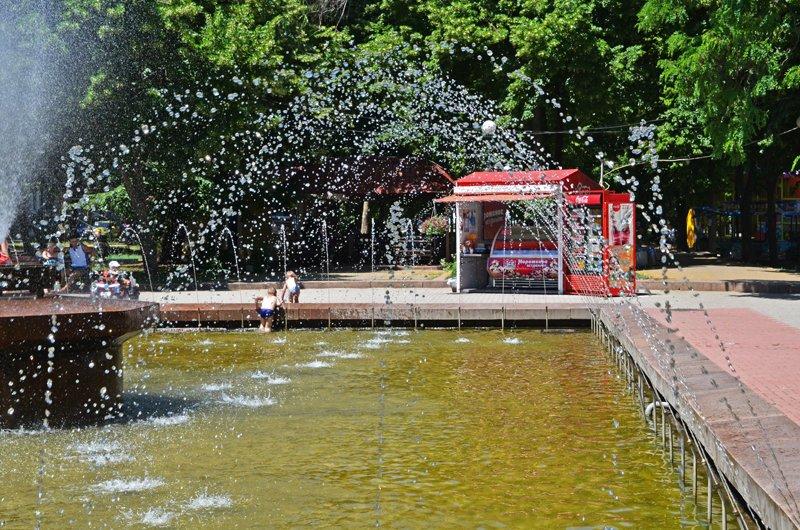 Прохлада по-николаевски: горожане ищут спасения от жары в фонтанах (ФОТОРЕПОРТАЖ), фото-27