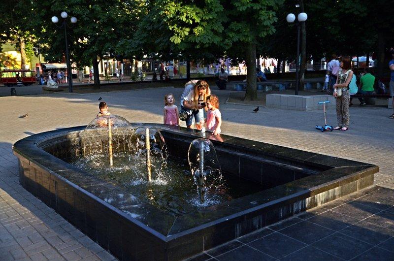 Прохлада по-николаевски: горожане ищут спасения от жары в фонтанах (ФОТОРЕПОРТАЖ), фото-20