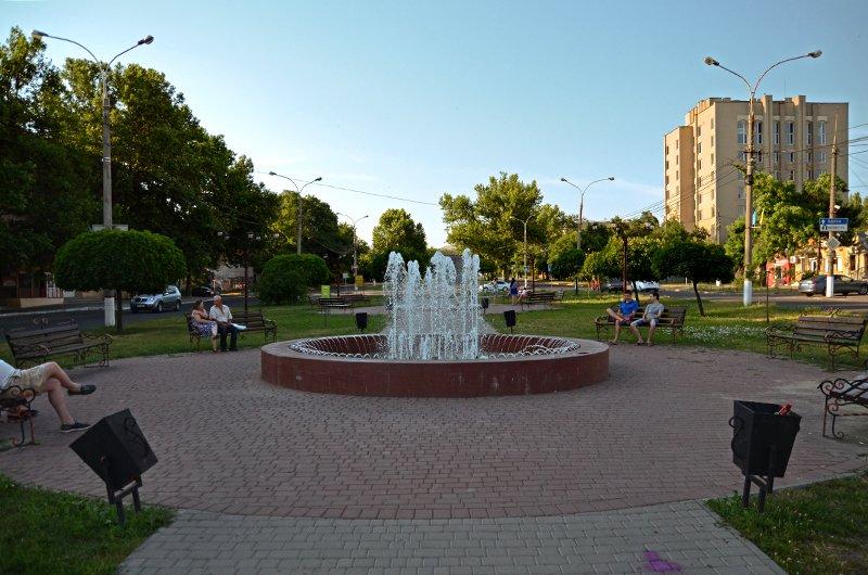 Прохлада по-николаевски: горожане ищут спасения от жары в фонтанах (ФОТОРЕПОРТАЖ), фото-13