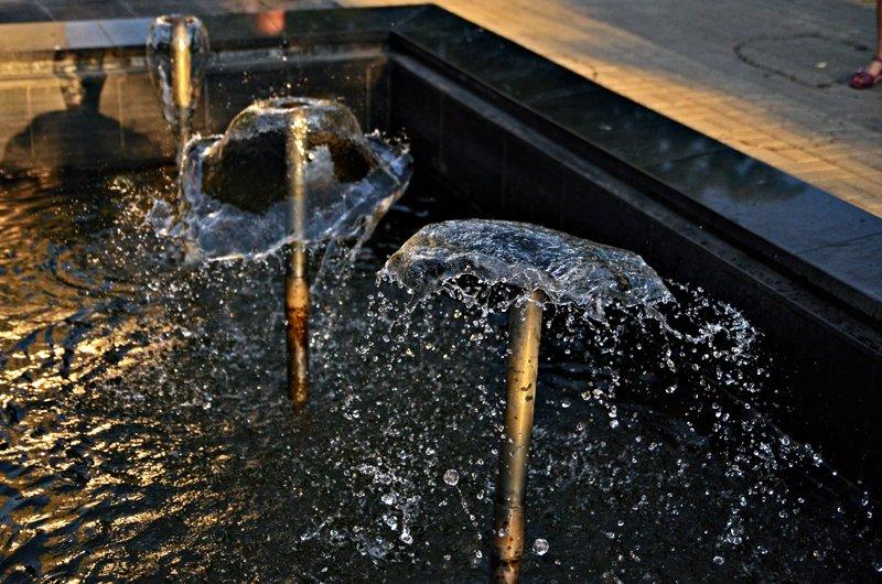 Прохлада по-николаевски: горожане ищут спасения от жары в фонтанах (ФОТОРЕПОРТАЖ), фото-19