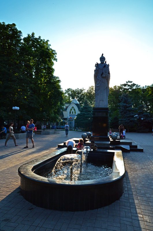 Прохлада по-николаевски: горожане ищут спасения от жары в фонтанах (ФОТОРЕПОРТАЖ), фото-21
