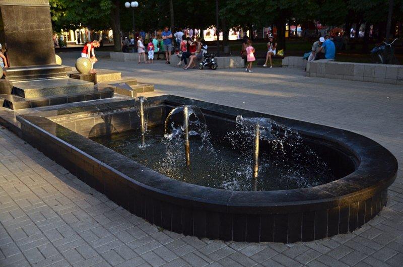 Прохлада по-николаевски: горожане ищут спасения от жары в фонтанах (ФОТОРЕПОРТАЖ), фото-16