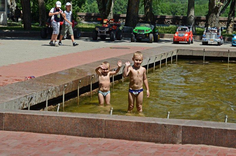 Прохлада по-николаевски: горожане ищут спасения от жары в фонтанах (ФОТОРЕПОРТАЖ), фото-22