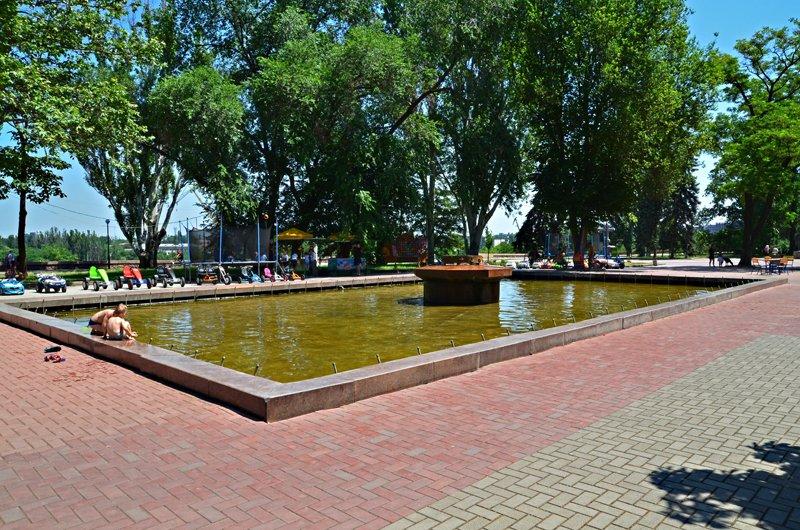Прохлада по-николаевски: горожане ищут спасения от жары в фонтанах (ФОТОРЕПОРТАЖ), фото-23
