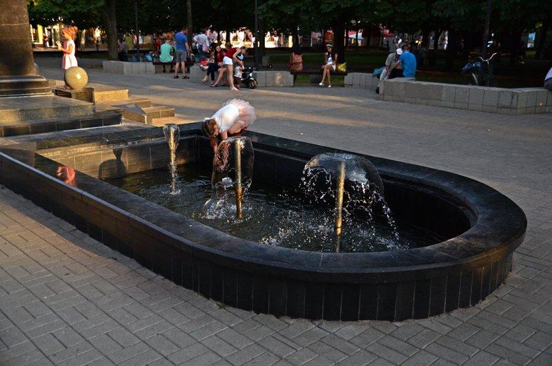Прохлада по-николаевски: горожане ищут спасения от жары в фонтанах (ФОТОРЕПОРТАЖ), фото-18