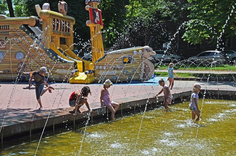 Прохлада по-николаевски: горожане ищут спасения от жары в фонтанах (ФОТОРЕПОРТАЖ), фото-29