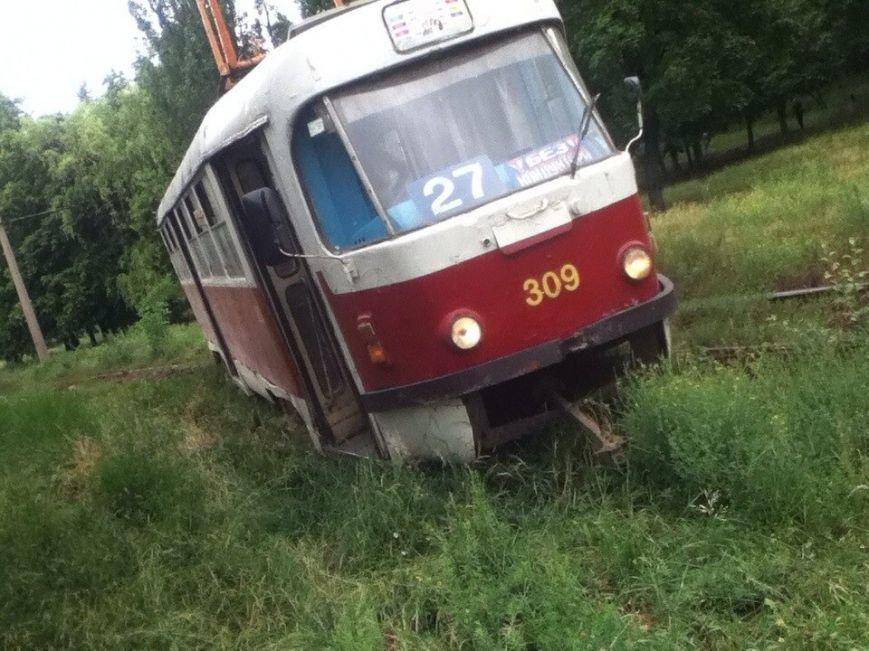 На Героев Труда сошел с рельсов трамвай (ФОТО) (фото) - фото 1