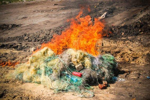 Сегодня на Деевке водные милиционеры демонстративно сожгли 3 000 метров рыболовных сетей (ФОТО) (фото) - фото 1