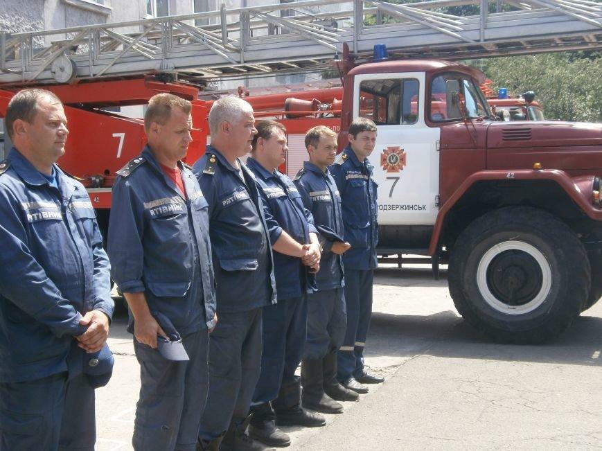 Днепродзержинские спасатели почтили память коллег, погибших на нефтебазе под Киевом (фото) - фото 3