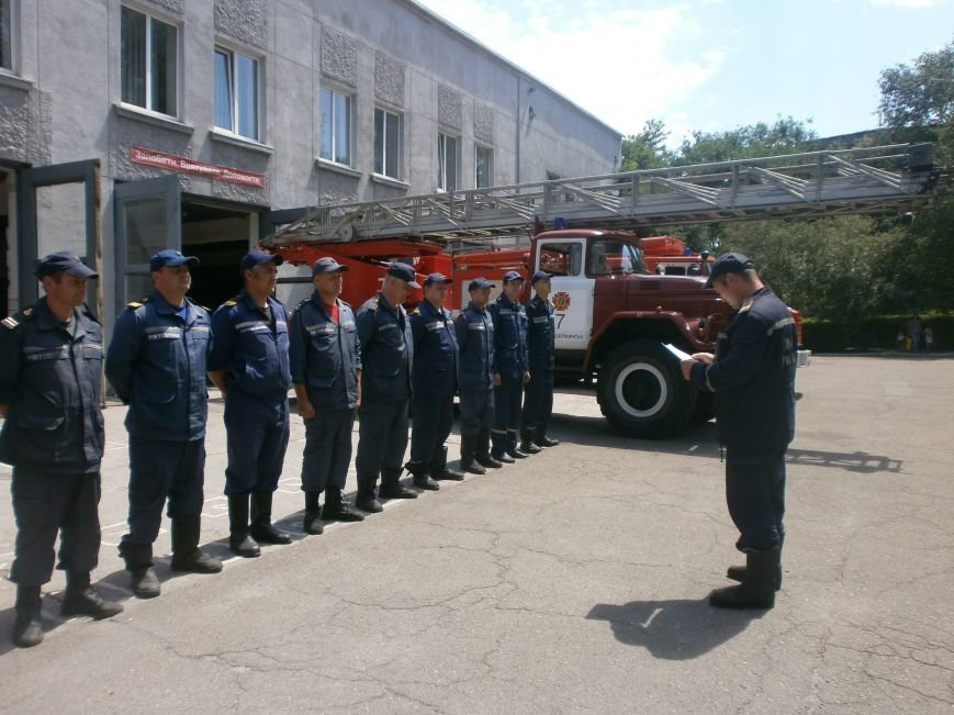 Днепродзержинские спасатели почтили память коллег, погибших на нефтебазе под Киевом (фото) - фото 2