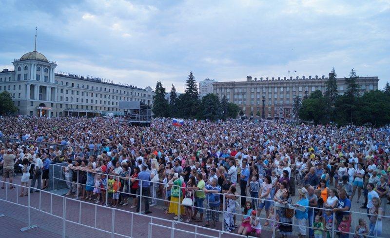 Патриотично по-«Любэ». На Соборной площади выступили известные артисты (фото) - фото 1