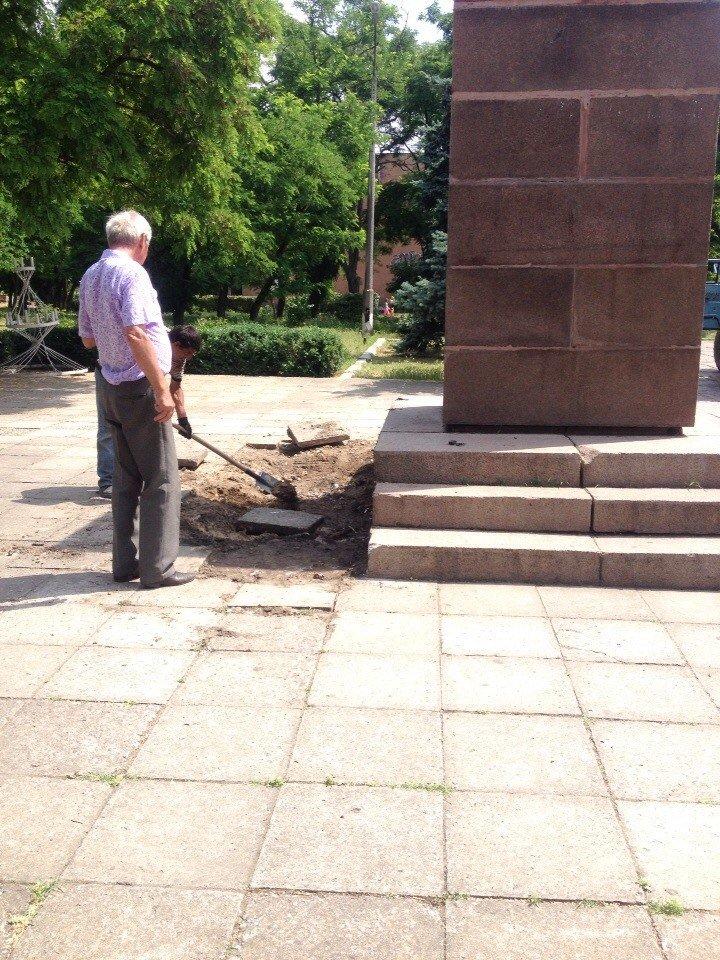 В Очакове культурно снесли памятник Ленину (фото) - фото 2