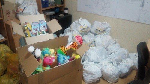 Украинские военные подарили детворе из Авдеевки сладости и игрушки (ФОТО) (фото) - фото 1