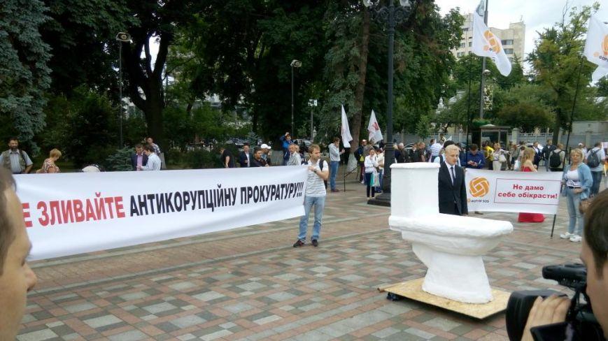 Под стенами Рады активисты установили унитаз (ФОТО, ВИДЕО) (фото) - фото 1