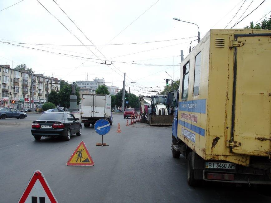 У Полтаві на щойно відремонтованій ділянці дороги вирили колектор. Фото (фото) - фото 4