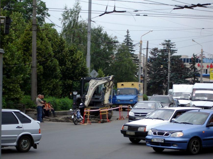 У Полтаві на щойно відремонтованій ділянці дороги вирили колектор. Фото (фото) - фото 1