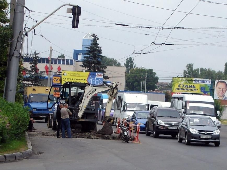 У Полтаві на щойно відремонтованій ділянці дороги вирили колектор. Фото (фото) - фото 2