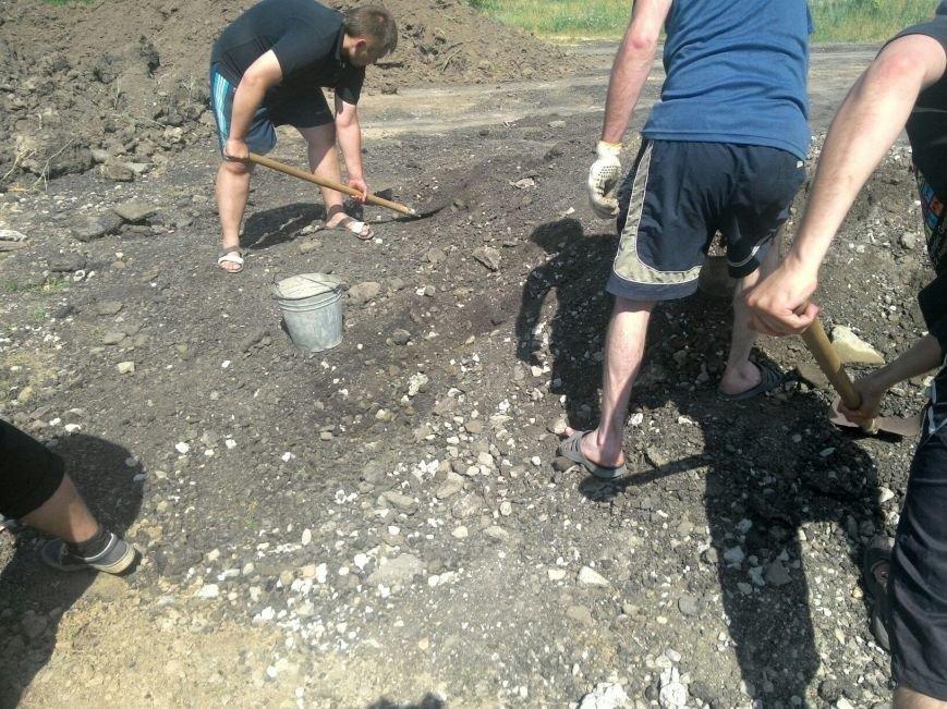 В Запорожье жители Верхней Хортицы принялись самостоятельно ремонтировать дорогу (ФОТОФАКТ) (фото) - фото 1