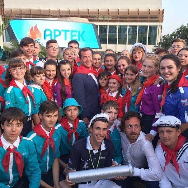 Дмитрий Медведев влился в ряды «артековцев» на юбилее легендарного лагеря (фото) - фото 1