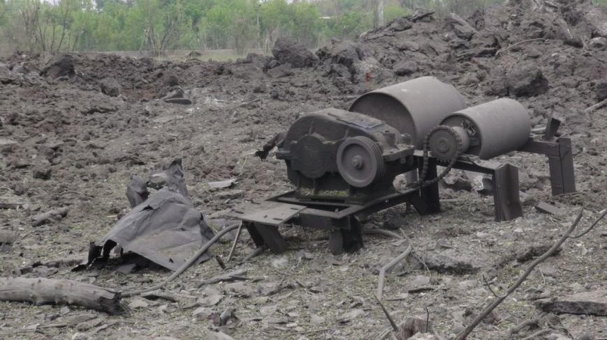 На месте взрыва в Донецке невообразимая воронка (ФОТОФАКТ) (фото) - фото 9