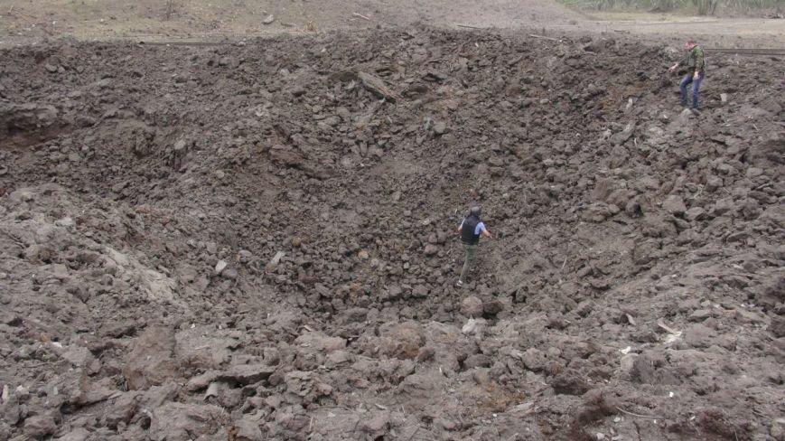 На месте взрыва в Донецке невообразимая воронка (ФОТОФАКТ) (фото) - фото 4