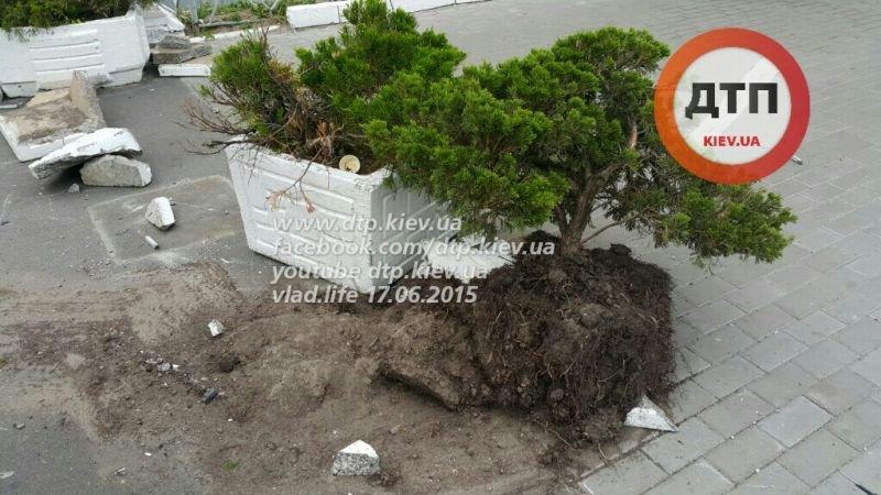 В Киеве возле Антимонопольного комитета Lexus влетел в столб, есть пострадавшие (ФОТО) (фото) - фото 1