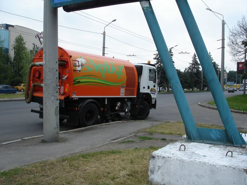 Полтавські дороги прибирають величезні «пилососи». Фотофакт (фото) - фото 1