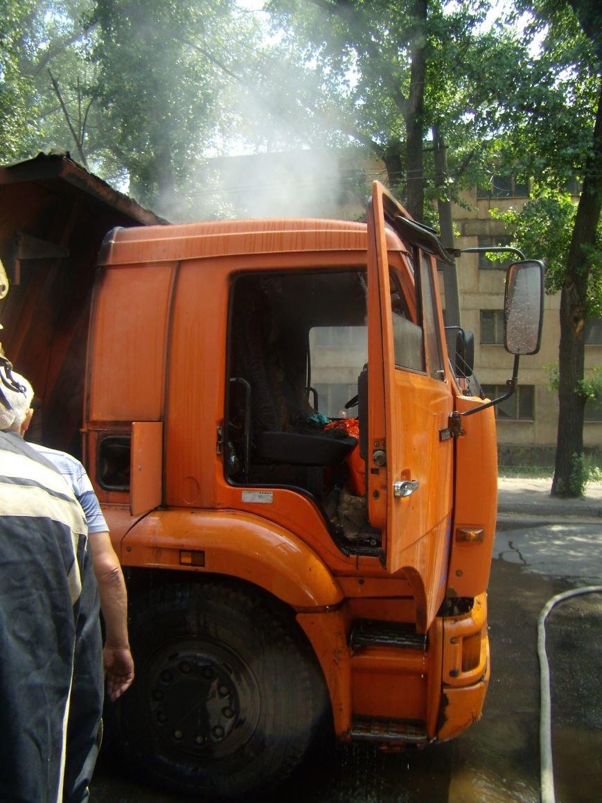 В Кривом Роге на ходу загорелся КАМАЗ, груженый асфальтом (ФОТО) (фото) - фото 1